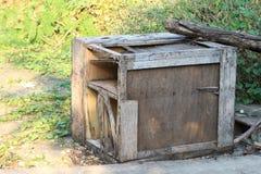 Casse rettangolari della scatola di legno, decadimento di legno, rifiuti di legno residui della scatola, decadimento di legno vec Fotografie Stock