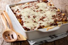 Casserole ζυμαρικών εκατομμύριο δολαρίων με το κρέας βόειου κρέατος και τυρί σε ένα β Στοκ Φωτογραφίες