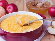 Casserole κουσκούς με τα μήλα, το μέλι και την κανέλα Στοκ εικόνα με δικαίωμα ελεύθερης χρήσης