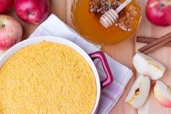 Casserole κουσκούς με τα μήλα, το μέλι και την κανέλα Στοκ φωτογραφία με δικαίωμα ελεύθερης χρήσης