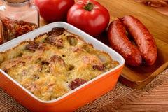 Casserole με τις πατάτες, τα λουκάνικα, τις ντομάτες και το τυρί Στοκ φωτογραφία με δικαίωμα ελεύθερης χρήσης