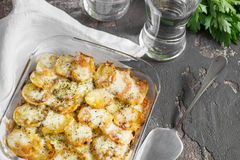 Casserole πατατών με τα λαχανικά και τα χορτάρια, πικάντικα καρυκεύματα, glas Στοκ φωτογραφία με δικαίωμα ελεύθερης χρήσης