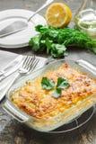 Casserole πατατών με το λειωμένο τυρί, το πράσινα μήλο και το λεμόνι Στοκ εικόνες με δικαίωμα ελεύθερης χρήσης