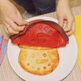 casserole τυριών εξοχικών σπιτιών υπό μορφή snowman& x27 πρόσωπο του s φιαγμένο από σιλικόνη Τα θηλυκά χέρια παίρνουν από τη μορφ στοκ εικόνα