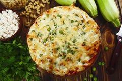 Casserole των ζυμαρικών με τα πράσινα μπιζέλια, τα κολοκύθια και τη στάρπη Στοκ Φωτογραφία