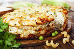 Casserole των ζυμαρικών με τα πράσινα μπιζέλια, τα κολοκύθια και τη στάρπη Στοκ φωτογραφίες με δικαίωμα ελεύθερης χρήσης