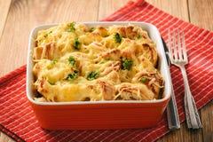 Casserole ψωμιού με το κοτόπουλο, το σπανάκι, τα αυγά και το τυρί γνωστά ως στρώματα Στοκ εικόνα με δικαίωμα ελεύθερης χρήσης
