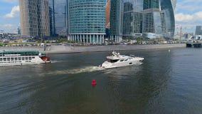 Casserole aérienne de deux bateaux sur une rivière banque de vidéos