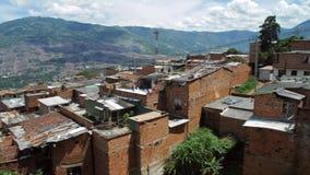Casserole au-dessus des dessus de toit des maisons d'adobe, Amérique latine banque de vidéos