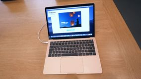 Casserole au-dessus du nouvel ordinateur portable 2018 de rétine de MacBook Air banque de vidéos