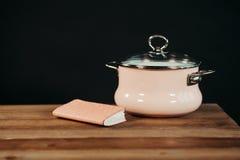 Casserole d'émail de rose de style de vintage sur le fond en bois Photographie stock