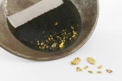 Casserole d'or avec de l'or naturel de placer photographie stock