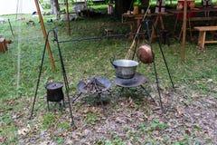 Casserole de cuivre sur le feu avec la soupe pendant un reena historique de Moyens Âges photographie stock