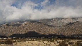 Casserole de gauche à droite des montagnes de Sandia banque de vidéos