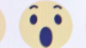 Casserole de niveau de vue de macro pixel à travers de divers émoticônes/emojis de Facebook près de bouton similaire banque de vidéos