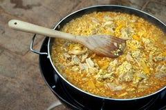 Casserole de Paella de poulet faisant cuire sur un cuiseur de gaz extérieur Image libre de droits