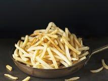 Casserole de pommes frites d'or rustiques Photos libres de droits
