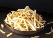 Casserole de pommes frites d'or rustiques Images stock