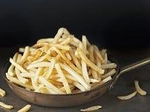 Casserole de pommes frites d'or rustiques Images libres de droits