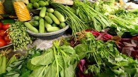 Casserole de verts frais sur le marché de rue passante en Ho Chi Minh City (Saigon) banque de vidéos