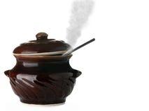 Casserole en céramique avec la vapeur Photographie stock