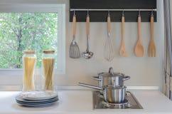Casserole inoxydable sur la cuisinière à gaz avec le capot Photographie stock