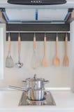 Casserole inoxydable sur la cuisinière à gaz avec le capot Photos stock