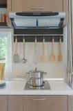 Casserole inoxydable sur la cuisinière à gaz avec le capot Image libre de droits