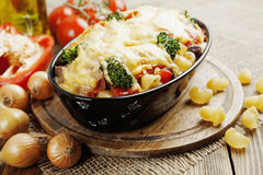 Casserole with meat, pasta, broccoli and tomatoes Royalty Free Stock Photos