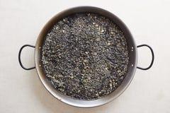 Casserole noire de riz de calmar Photos stock
