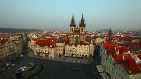 Casserole sur la place centrale de Prague de la tour banque de vidéos