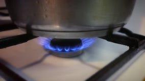 Casserole sur le feu de gaz banque de vidéos