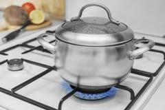 Casserole sur une cuisinière à gaz Image libre de droits