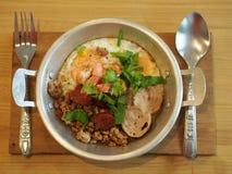 Casserole thaïlandaise d'oeufs de style avec du porc et la crevette rose Interdiction délicieuse de petit déjeuner photographie stock