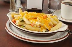 Casserole Tunafish με το τυρί τυριού Cheddar Στοκ Φωτογραφίες