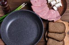 Casserole vide pour le texte et les ingrédients pour un petit déjeuner sain ou image libre de droits