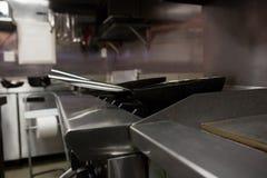 Casserole vide sur la cuisinière à gaz Images stock
