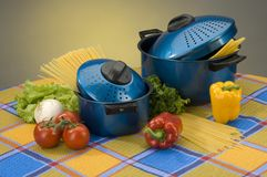 Casseroles avec le repas Image stock