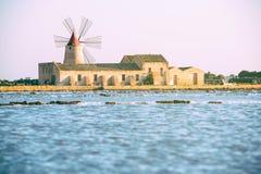 Casseroles de Trapani avec des moulins à vent Images stock