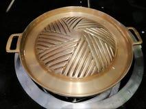 Casseroles en laiton pour griller et barbecue, l'eau dans une casserole en laiton, dîner dans le restaurant photo libre de droits