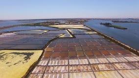 Casseroles historiques de sel vue aérienne à Aveiro, Portugal clips vidéos