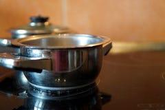 Casseroles sur le fourneau électrique dans la cuisine photographie stock