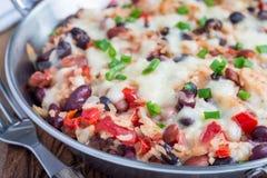 Casseruola al forno del riso con i fagioli neri, i fagioli di pinto, i fagioli, il formaggio e la paprica, nel piatto di cottura  Immagine Stock Libera da Diritti