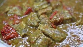 Casseruola con carne d'ebollizione - ha chiamato il kebap del tas - con i pomodori freschi, le verdure ed il Greco tradizionale p video d archivio