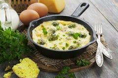 Casseruola con i cavolini di Bruxelles e formaggio in una padella Fotografia Stock