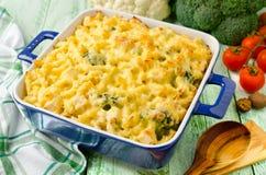 Casseruola con pasta, il pollo ed i broccoli Immagine Stock