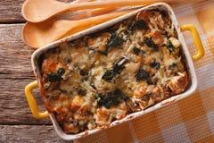Casseruola degli strati con alto vicino degli spinaci, del formaggio e del pane horizo fotografie stock libere da diritti