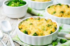 Casseruola del miglio con i broccoli ed il formaggio Fotografia Stock