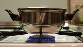 Casseruola dell'anello della stufa del fuoco di gas archivi video