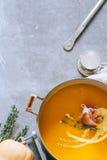Casseruola della minestra della zucca con jamon Immagini Stock